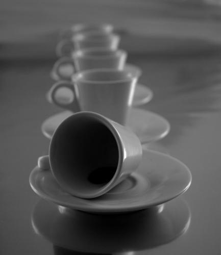 quelques tasses alignées en noir et blanc